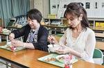 給食を食べる清水校長(左)と室谷さん。室谷さんはメニューについて確認などサポートをする