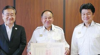 左から石森市長、鈴木副団長、橋本孝団長