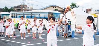 最終ランナーの中村美里さん(中央)に聖火がつながれた