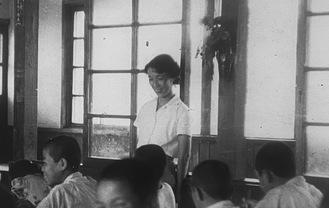 教員時代の瀧浦さん(中央)=高山さん提供。昭和20年代の撮影と思われる