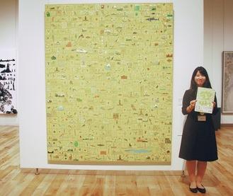 麻生隆悟さんの絵画「窓」を紹介し、「気軽に楽しんでもらいたい」と話す橘田さん