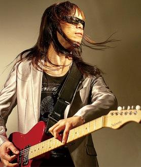 ギターを弾く田川さん©SHIGEYUKI USHIZAWA
