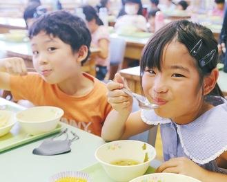小宮小学童保育所での給食の様子。この日はカレーライスとわかめスープ、そしてデザートにみかんゼリーがついた