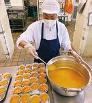 調理の様子。全校分だと温度管理が難しいデザートなどのメニューも出せる(写真提供:八王子市)