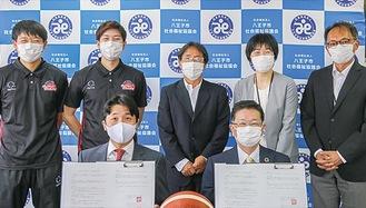 調印式の様子。手前右が赤澤会長、左が高松常務