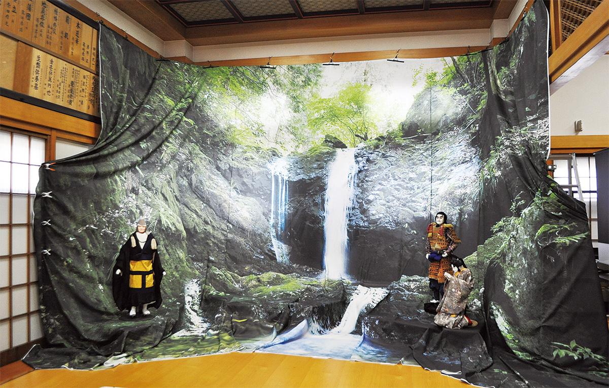 ほぼ実物大「滝」展示