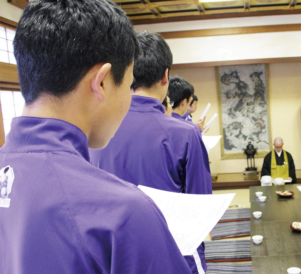 永林寺で、学生が坐禅合宿