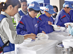 炊き出しに参加する落合中の生徒たち