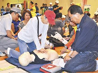 人形を使って救命活動を体験