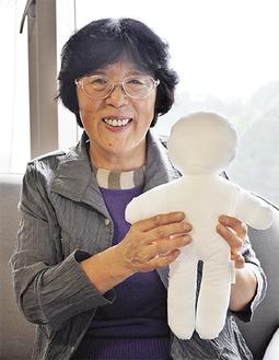 人形を手にする長谷代表
