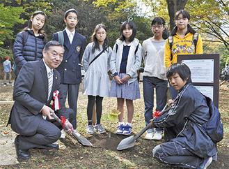 広島派遣事業で現地を訪れた子どもたちと阿部市長らで植樹を行った
