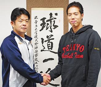 活躍を誓う青柳さん(右)と握手する唐澤監督