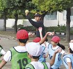 投げ方を指導するコーチ