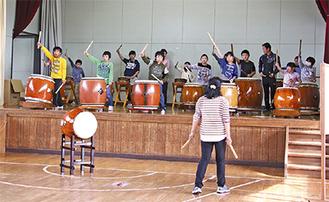 瓜生小学校の子どもたちと協演する浪江町の児童たち(写真=実行委員会提供)