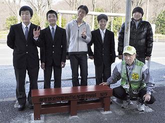 完成したベンチの前で子どもたちと「見守り隊」の内多副隊長で記念撮影