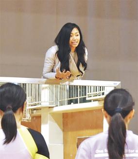 母校の後輩に指導する西村さん