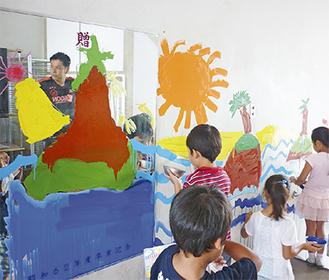 旧校舎の壁にペイントする児童たち