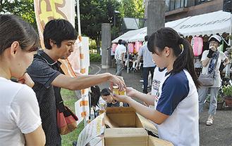 ハチミツを販売する生徒たち