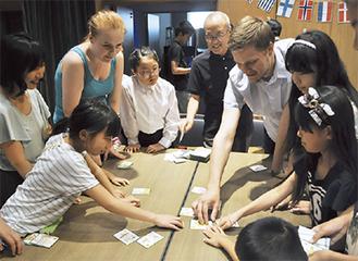 かるたを楽しむ海外の若者たち
