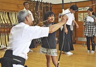 弓道を体験する女の子