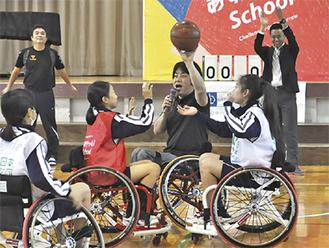 車椅子バスケに挑戦する生徒たち