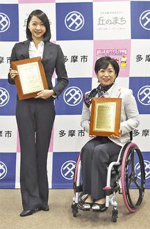 記念の盾を手にする畠山さん(左)、土田選手