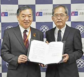 協定書を手にする阿部市長、小池多摩・神奈川地域本部長