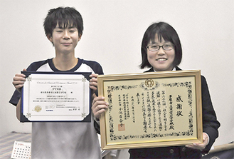 賞状を手にする加藤生徒会長(左)と渡邊副会長