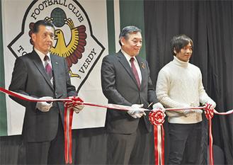 (左から)寺沢会長、阿部市長、安在選手