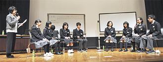 学校や個人のボランティア体験を発表する中学生たち
