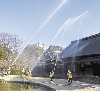 消防署、市消防団、市民が参加して一斉放水