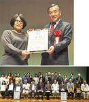 優勝した相澤農園に阿部市長から賞状が手渡された