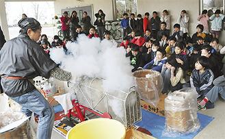 大きな音と煙に驚く児童たち
