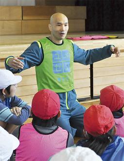 子どもたちとゲームに挑む垣原さん