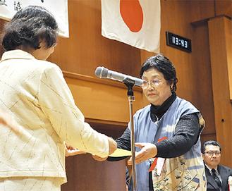 伊藤会長から表彰状が手渡された