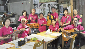 楽器を手に笑顔を見せるメンバー