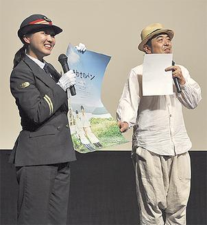 作品を紹介する武田管区長(左)と瀧口さん