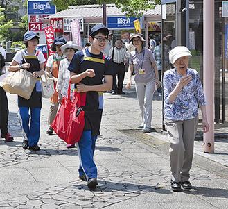 荷物を運ぶ多摩桜の丘学園の生徒たち