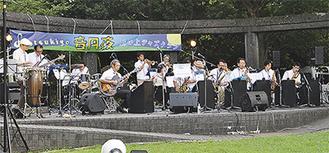 4団体がステージで演奏した