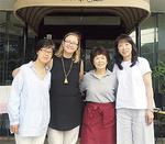 世話人を務める井上さん(左)と田原さん(右から2番目)。昨年7月に会の活動に参加した世界で乳がん啓発活動を行っているキャロライン・テイラーさんと、ベトナムで小児がん支援を行っている渡辺和代さん