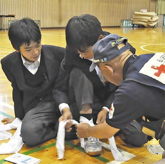 応急手当てを学ぶ男子生徒