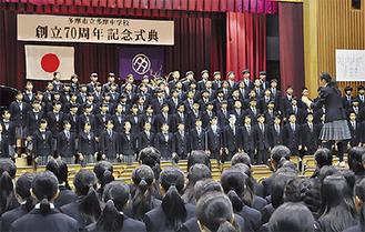 式典で合唱を披露する生徒たち