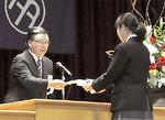 森田実行委員長から水野生徒会長に記念品の目録を贈呈