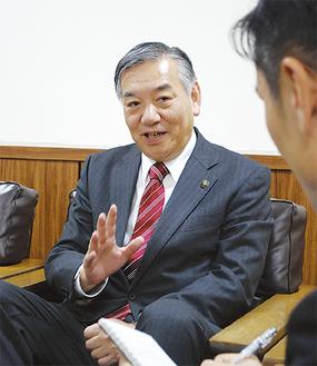 インタビューに答える阿部市長