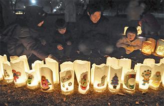 地域の子どもたちが制作した行灯を楽しむ