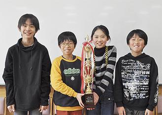 (左から)今回発表を行った鈴木くん、板橋くん、斉藤さん、伊藤くん