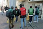 ▶大学生と参加者で駅前の清掃活動を実施