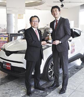 優勝トロフィーを持つ舟橋社長(左)と和田代表