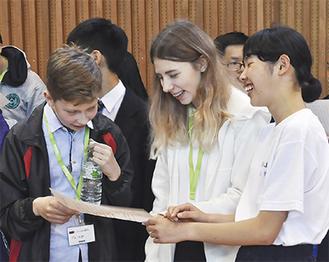 一緒に合唱を行う海外の学生たち