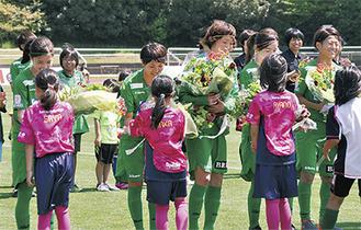 多摩サッカー協会の女子児童から花束が贈られた